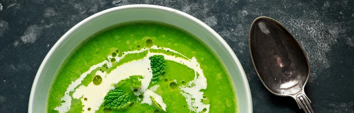 Teller mit gesunder Suppe – ideal für die Diabetes-Typ-2-Ernährung