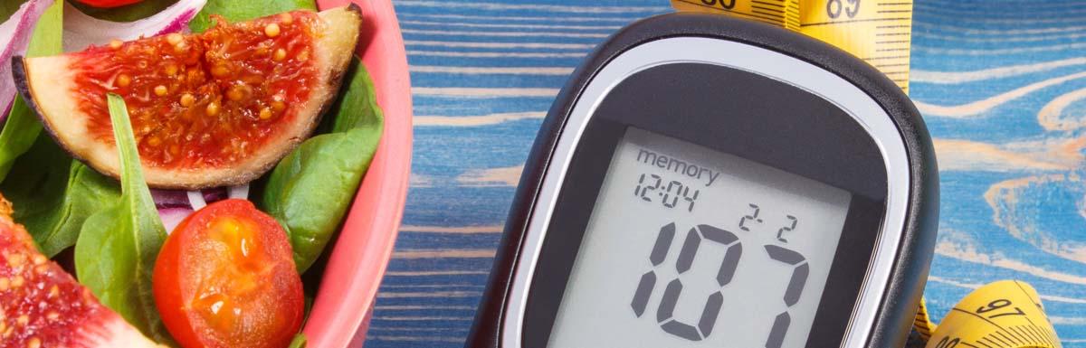 Ein Blutzuckermessgerät, ein Maßband und ein gesunder Salat – drei Dinge, die sinnbildlich für das Leben mit Diabetes stehen