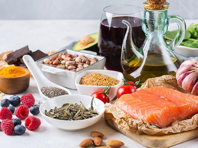 Vollkornprodukte, Gemüse und Fisch auf einem Tisch symbolisieren Lebensmittel die gut bei Diabetes Typ 1 geeignet sind