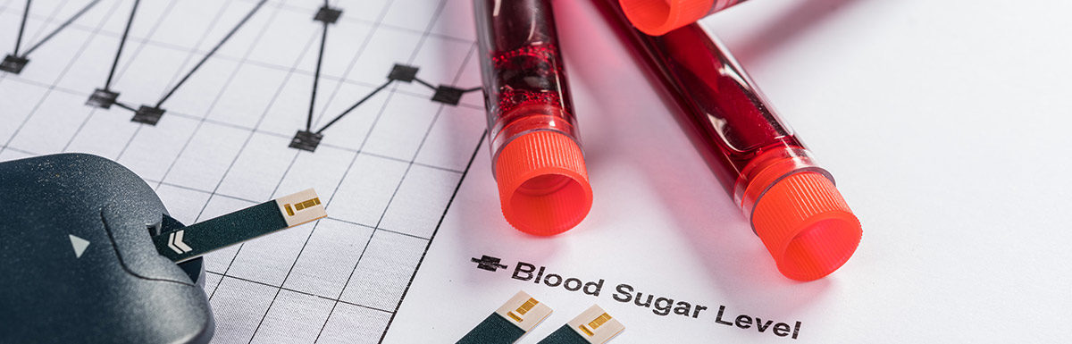 Blutzuckermessgerät und Röhrchen mit Blutproben