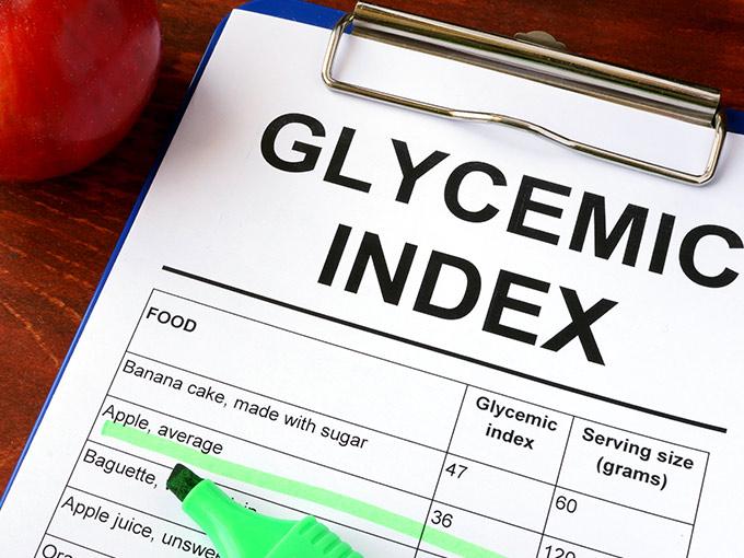 Klemmbrett mit Tabelle von Lebensmitteln und deren Glyx