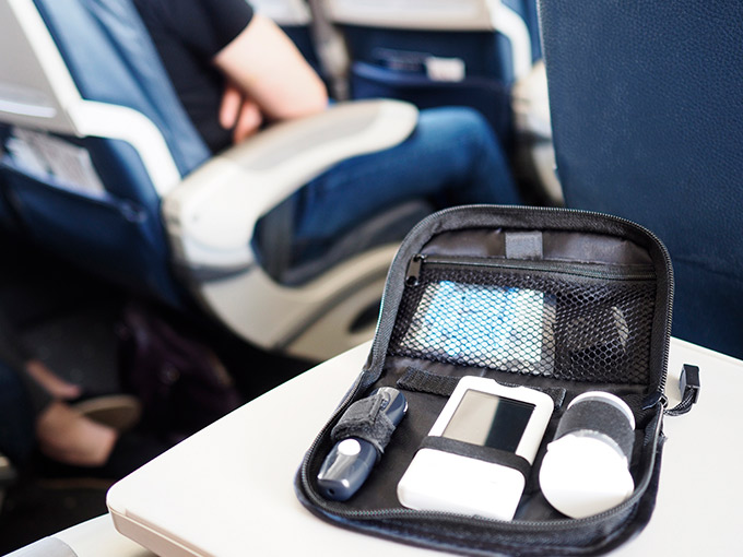 Diabetes Koffer mit Blutzuckermessgerät im Flugzeug