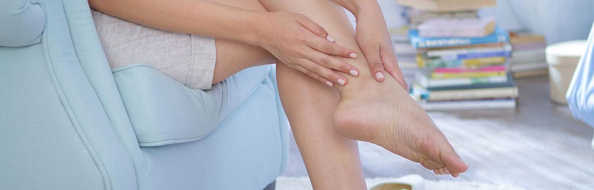 Diabetes kann die Nerven schädigen - diese sogenannte diabetische Neuropathie kann zu Missempfindungen in Armen und Beinen führen.