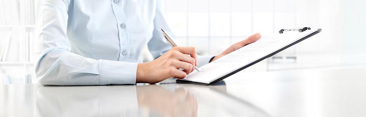 Patient füllt ein Formular zur Beantragung von DMP bei Diabetes aus.
