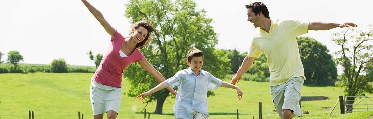 Ein Elternpaar mit ihrem Sohn: Innerhalb der Familie sind bestimmte Gene, die Diabetes begünstigen, vererbbar.