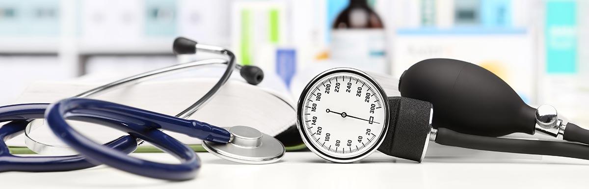 Ein Blutdruckmessgerät liegt auf einem Tisch - den Blutdruck zu senken ist ein wichtiges Mittel im Kampf gegen Diabetes.
