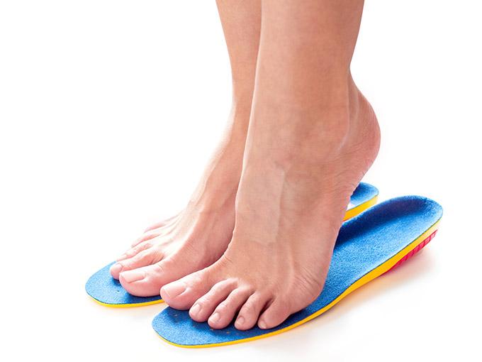 Nackte Füße auf speziellen Schuheinlagen - das Tragen von speziellen Einlagen für Diabetiker kann Folgen der diabetischen Angiopathie eindämmen.