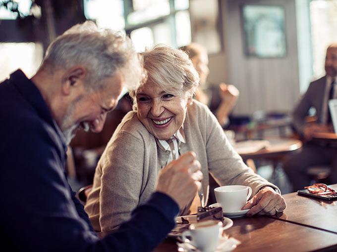 Älteres Paar sitzt im Café - die Erfahrungen mit Glycowohl bei Diabetes als Begleittherapie schildern viele Patienten als positiv.