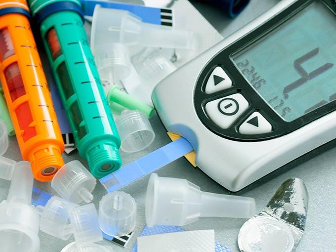 Ein Blutzuckermessgerät hilft, einen niedrigen HbA1c-Wert zu bestimmen.