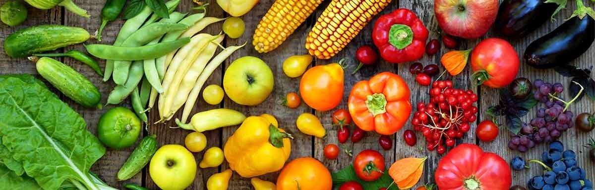 Viele verschiedene Obst- und Gemüsesorten: Bei Diabetes sind Vitamin D, C und B-Vitamine essentiell.